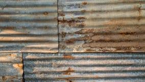 Der Zinndachhintergrund mit dem Rost und Nagelloch durch Weinleseart lizenzfreies stockbild