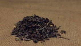 Der Zoom, nähernd ist ein Stapel des grünen Tees der trockenen Blätter, der auf Leinwand liegt Nahaufnahme stock video