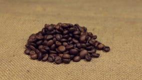 Der Zoom, nähernd ist ein Stapel von den Kaffeebohnen, die auf Leinwand liegen Nahaufnahme stock video footage