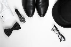 Der Zubehör-Männer der Männer die Schuhe, Uhren, Gläser, Fliege, Ärmelhemd und Hut Stockfotos