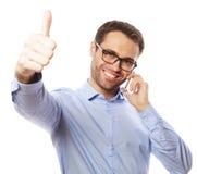 der zufällige junge Mann, der Daumen zeigt, up Zeichen Lizenzfreie Stockfotos