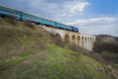 Der Zug auf Brückenviadukt im Frühjahr Stockbild