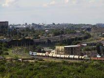 Der Zug bewegt sich durch die Stadt Stockfotos