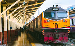 Der Zug in der Station Stockfotografie