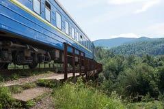 Der Zug geht zu einem Abstand Stockfoto