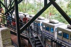 Der Zug holte Besucher zum Eingang Reed Flute Caves, der in der chinesischen Stadt von Guilin ist lizenzfreie stockbilder