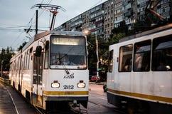 Der Zug ist auf der Station stockfotografie
