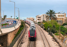 Der Zug kommt in der Stadt von Haifa an Stockfotos