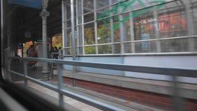 Der Zug kommt zu einer kleinen regionalen Stationsplattform Er wird von einigen unerkannten Passagieren erwartet Ansicht von stock video footage