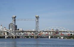 Der Zug läuft eine Zugbrücke durch Lizenzfreie Stockfotos