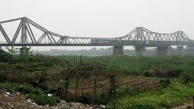 Der Zug läuft noch auf einer alten Brücke jeden Tag stockbilder