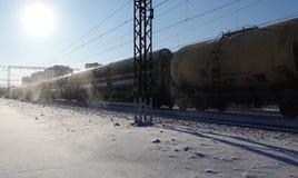 Der Zug transportiert große Rohre für die Rohrleitung Winter Schnee von unterhalb der Räder Der Effekt der Bewegung Russland Dmit lizenzfreie stockbilder