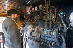 Der Zugfahrer nahe dem Heizkessel des Dampfs lizenzfreie stockfotografie