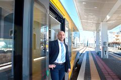 Der Zugleiter in der Tür des Zugs Stockfotos