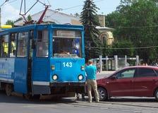 Der Zusammenstoß mit dem Tramauto auf der Straße Smirnow in Smolensk Lizenzfreie Stockfotografie