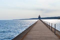 Der zwei Hafen-traf Ostwellenbrecher-Leuchtturm mit Instagram-Artfilter zu stockfoto