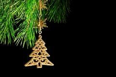 Der Zweig eines verzierten Weihnachtsbaums auf Schwarzem Lizenzfreie Stockbilder