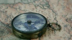 Der zweite Pfeil des Kompassses bewegt sich stock video