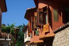 Der zweite Stock einer hellen Fassade der Häuser auf dem alten Osten Lizenzfreie Stockfotografie
