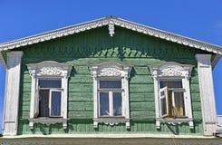 Der zweite Stock mit Fenstern eines alten hölzernen Dorfhauses Lizenzfreies Stockbild