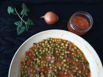 Der Zwiebelmelisse der grünen Erbsen gesunder Teller, kochend für eine Pflanzenkost Lizenzfreies Stockbild