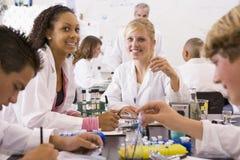 deras lärare för vetenskap för barngruppskola Royaltyfria Bilder