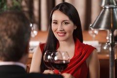 Deras speciala datum. Härligt mogna par som dricker vin på res arkivfoto