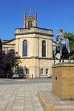 Derby Cathedral en standbeeld stock foto