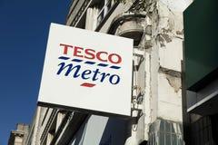 Derby, Derbyshire, het UK: Oktober 2018: Tesco-Metro Teken stock fotografie