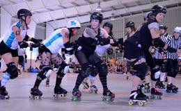 Derby do rolo - a defesa prepara-se para o jammer Fotografia de Stock Royalty Free