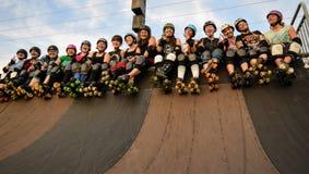 Derby Girls tar skridskon parkerar över fotografering för bildbyråer