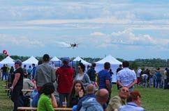 Derde AirFestival bij Chaika-vliegveld Het sportenvliegtuig komt bij het landen na de prestaties Royalty-vrije Stock Foto's
