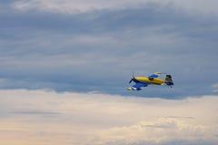 Derde AirFestival bij Chaika-vliegveld Kleine vliegtuigvliegen in onweerswolken Royalty-vrije Stock Foto