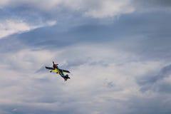 Derde AirFestival bij Chaika-vliegveld Kleine vliegtuigvliegen in onweerswolken Stock Foto