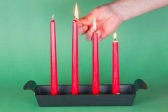 Derde van Komst, rode aangestoken kaarsen, Stock Afbeelding