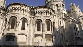 Derecha a izquierda tiro medio en tiempo real de la cacerola de la basílica de Sacre-Coeur Templo en París metrajes