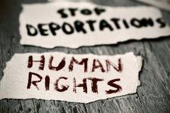 Derechos humanos del texto y deportaciones de la parada fotografía de archivo