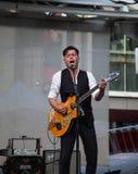 Derek Miller spełnianie przy Yonge Dundas kwadratem w Toronto fotografia royalty free