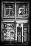 Derelict idoso casa abandonada do canal imagem de stock