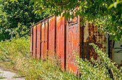 Derelict oxidado idoso do vagão railway abandonado na natureza fotografia de stock royalty free