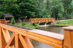 Derevyanny-Brücke am regnerischen Tag Lizenzfreie Stockbilder