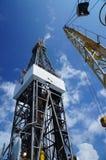 Derick της εγκατάστασης γεώτρησης γεώτρησης πετρελαίου με το γερανό εγκαταστάσεων γεώτρησης Στοκ Εικόνες