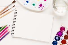 Derida su con gli strumenti artistici sulla tavola bianca Immagini Stock Libere da Diritti