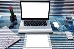 Derida su del desktop domestico con il computer portatile, la compressa digitale ed il telefono cellulare con lo schermo in bianc Fotografia Stock Libera da Diritti
