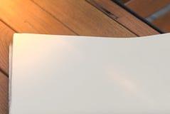 Derida su del giornale su un fondo di legno Immagini Stock Libere da Diritti