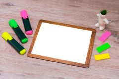 Derida su, sul fondo di legno degli indicatori e sul fondo per l'inserzione Fotografie Stock