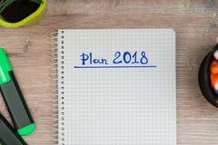 Derida su, sul fondo di legno degli indicatori e sul fondo per l'inserzione, i piani 2018 Fotografia Stock
