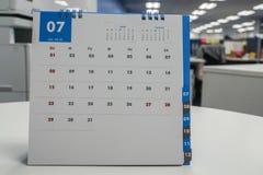 Derida sul calendario del luglio 2018 sullo scrittorio per la riunione del piano in ufficio Immagine Stock