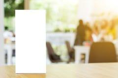 Derida sulla struttura in bianco del menu del modello sulla tavola di legno nei wi del ristorante Fotografia Stock