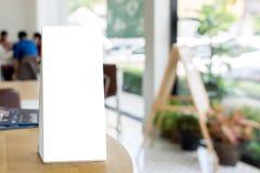 Derida sulla struttura in bianco del menu del modello sulla tavola di legno nei wi del ristorante Immagine Stock Libera da Diritti